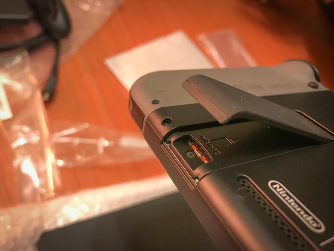 立架板手打開後可以看到 SD 卡插槽,主要是 microSD 規格