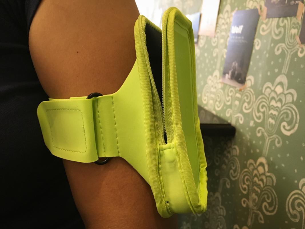 運動臂套的使用方式,跑步時就可以將手機放置在臂套內
