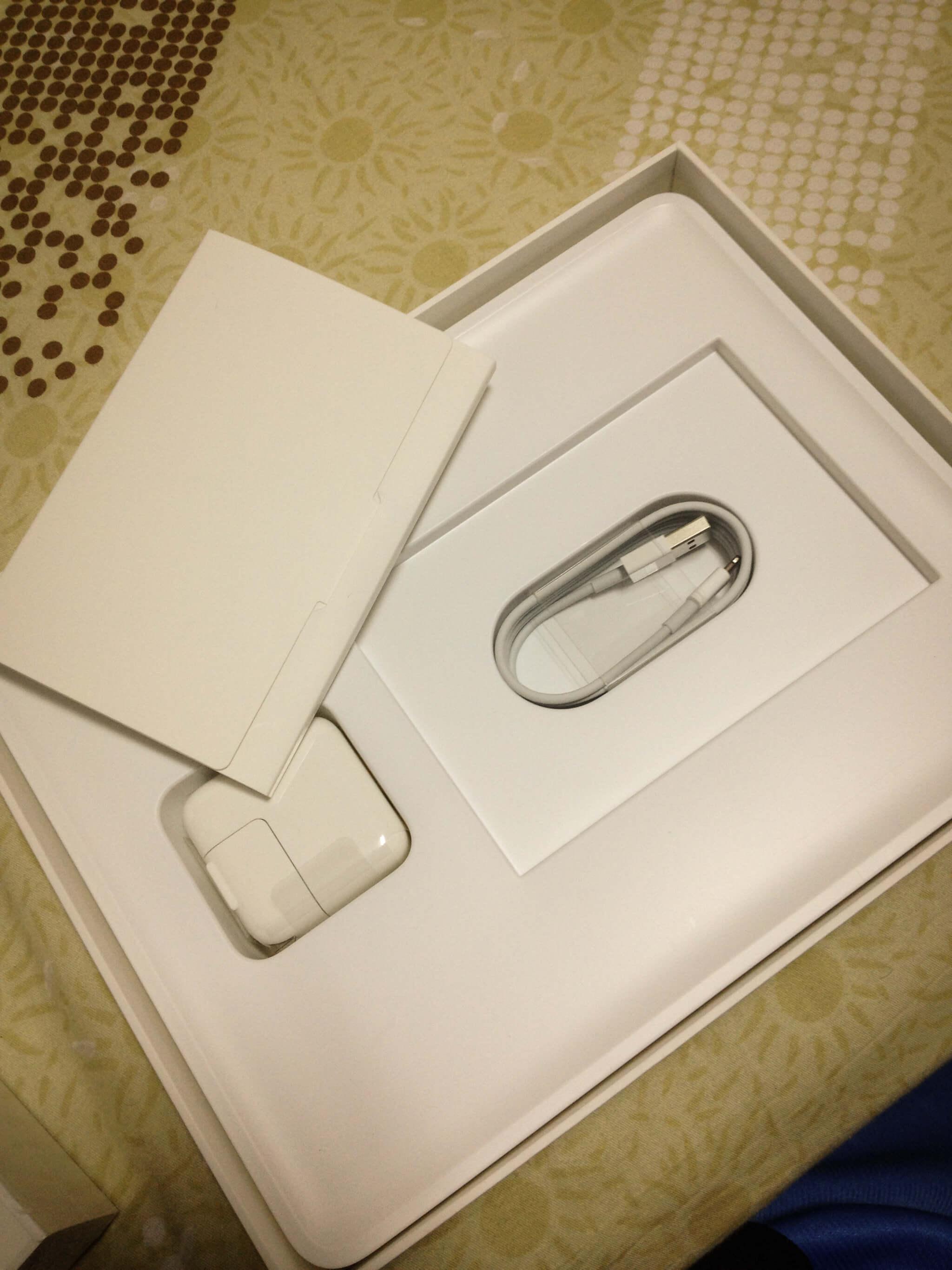 iPad 的配件,說明書、白豆腐、USB 傳輸線