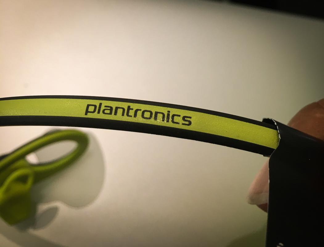 兩耳間的連接線上也有著 Plantronics 的 Logo 字樣