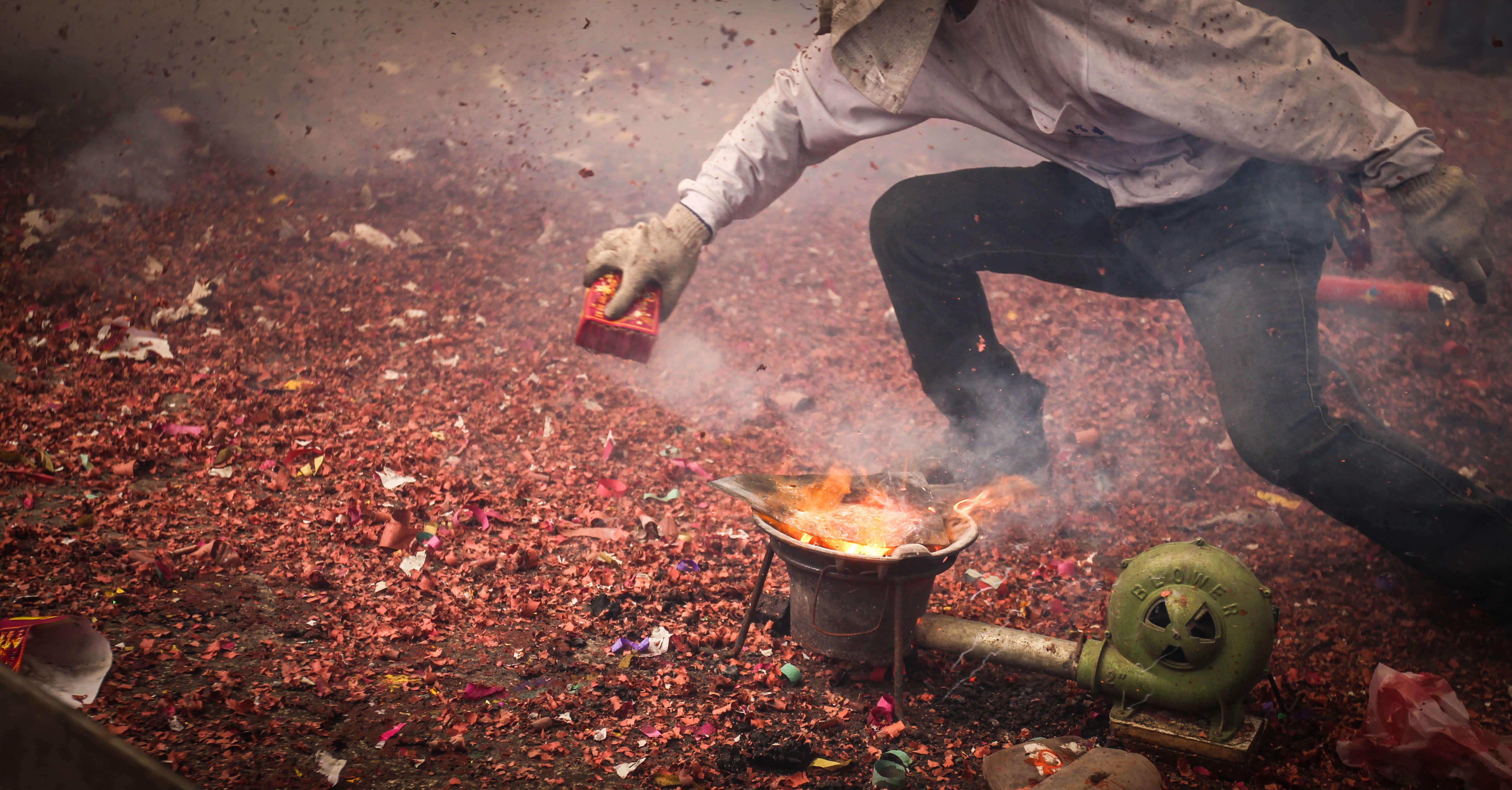 火爐中的木炭將犁頭生燒紅(吳政賢 攝)
