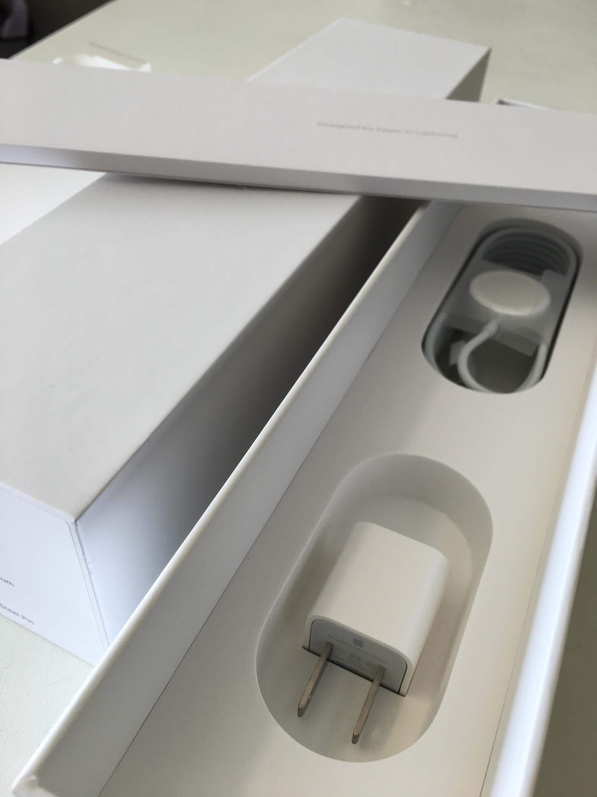 內盒裝以及配件,配件有白豆腐、說明書、磁吸式的 USB 充電線