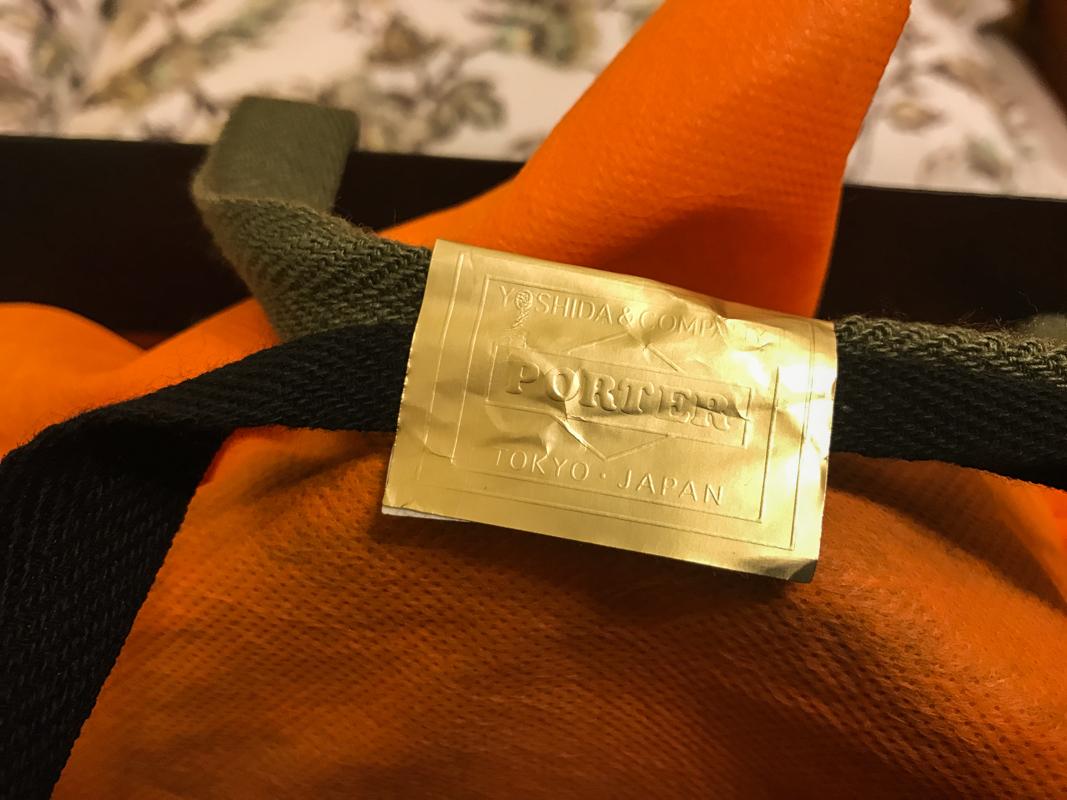 這次的紙袋上手提袋上的兩條線顏色還是不一樣的