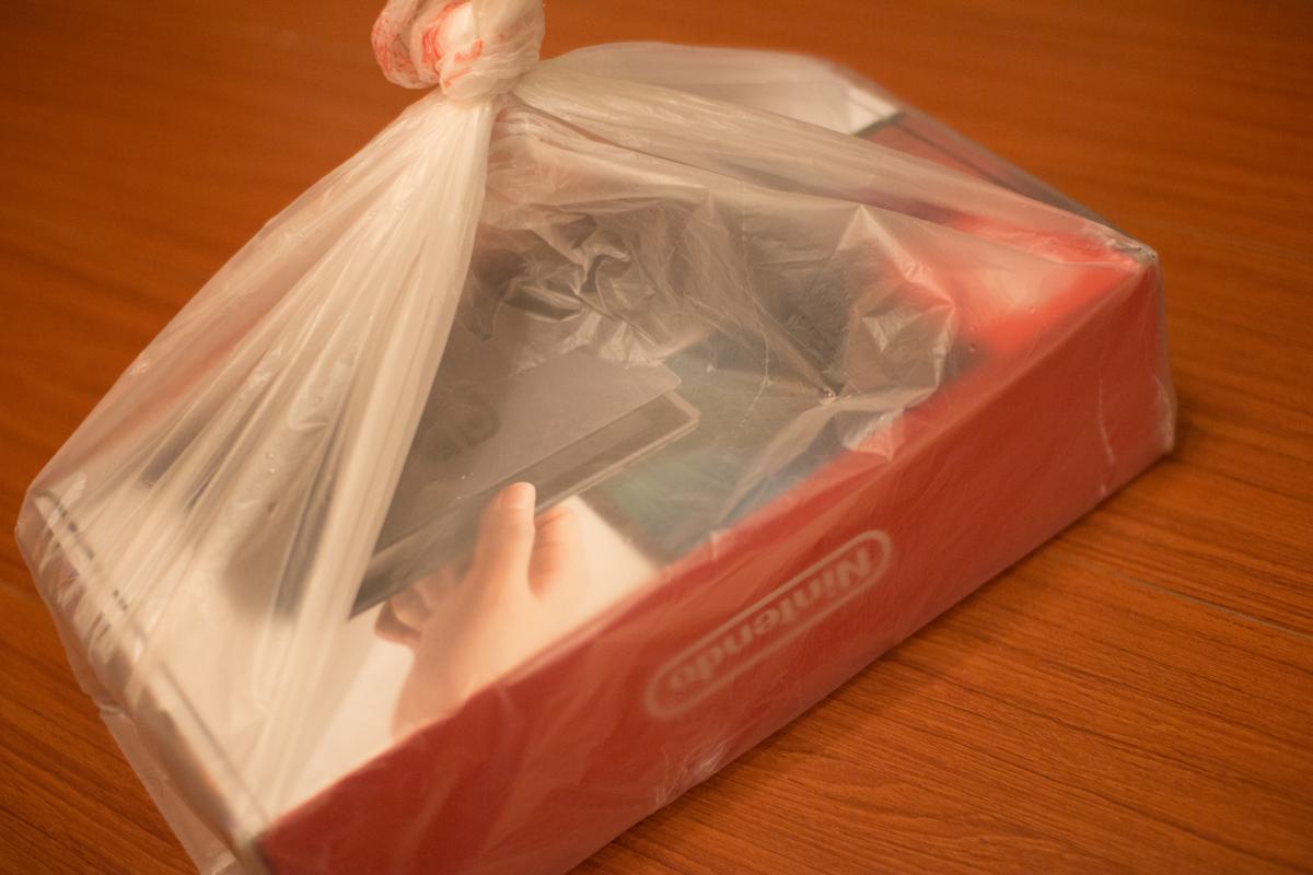 因為下著大雨,店員還給了一個大塑膠包著