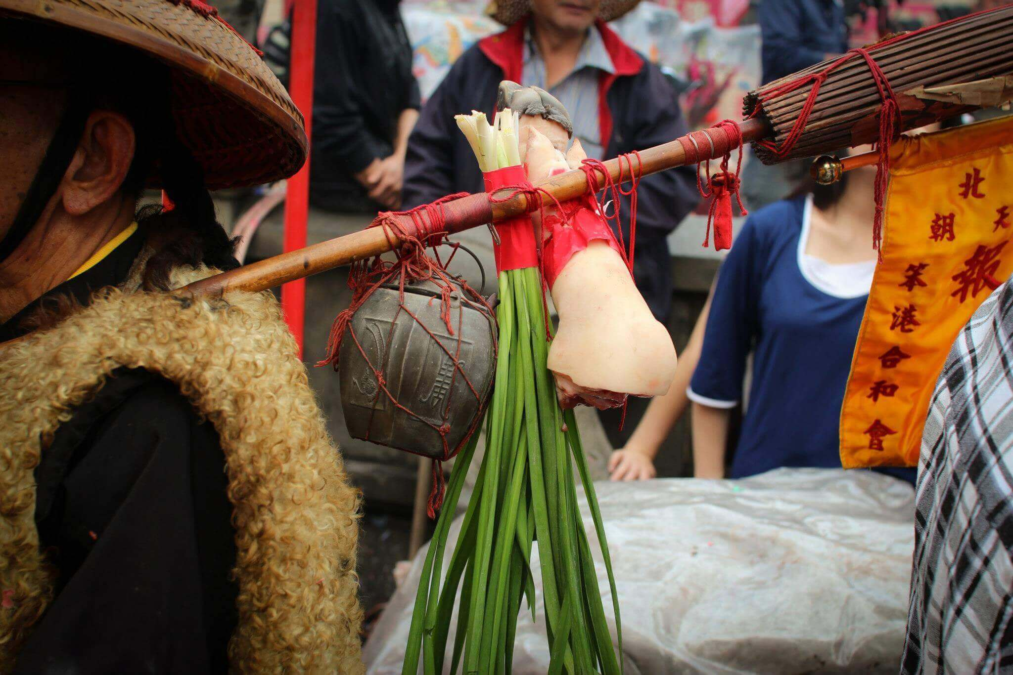 豬足、兩傘、韭菜、錫壺(吳政賢 攝)