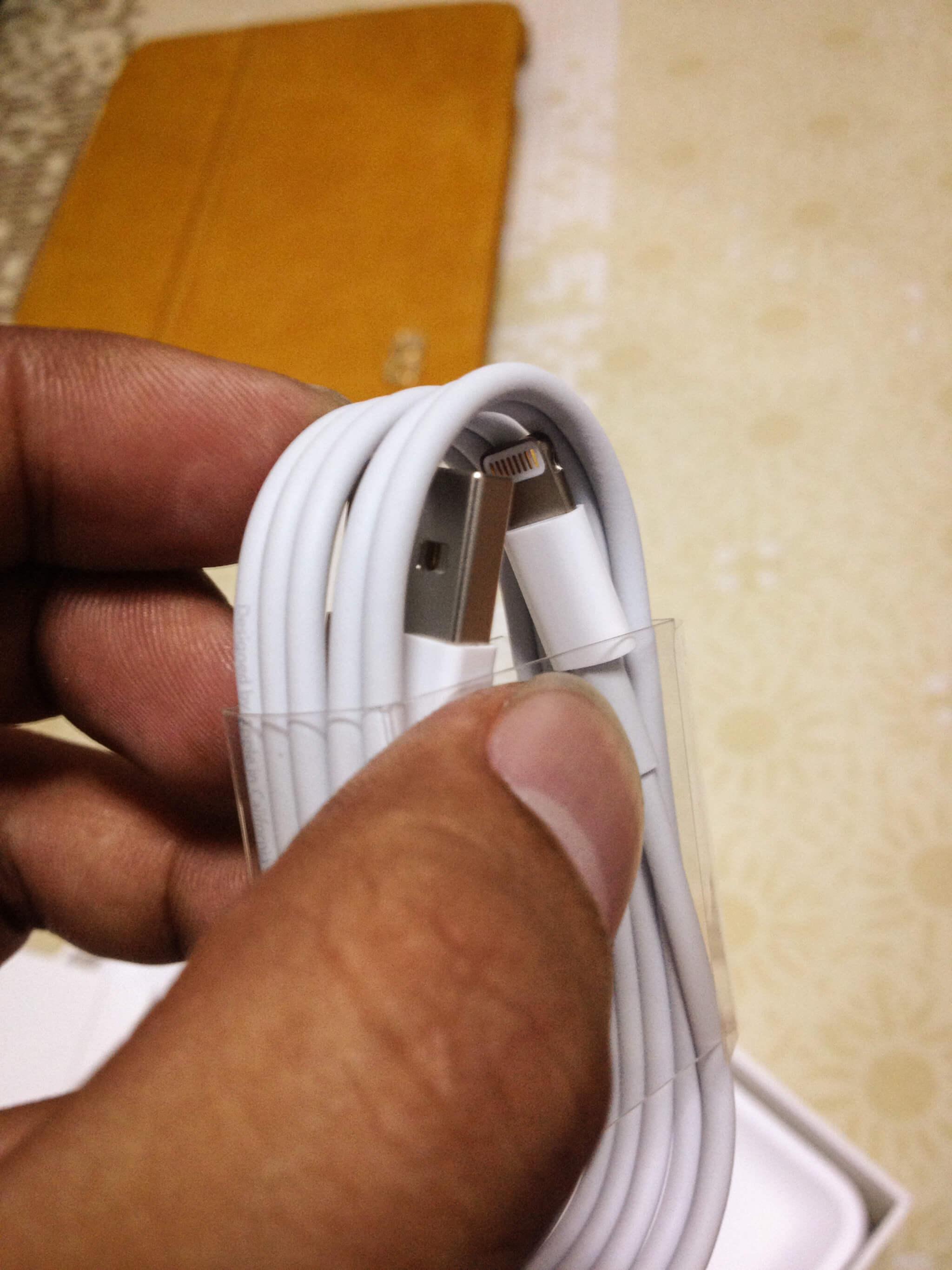 看到傳說中的 Lightning USB 傳輸線了,比我想像中的可愛許多耶