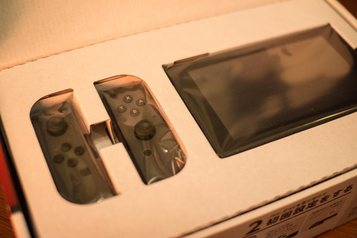 灰色的 Joy-Con 與 Switch 主機
