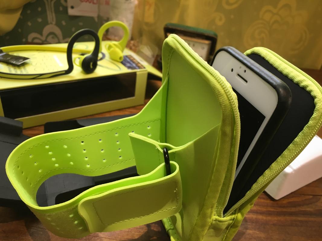 這設計是為了手機可以放置在裡面,變成運動臂套