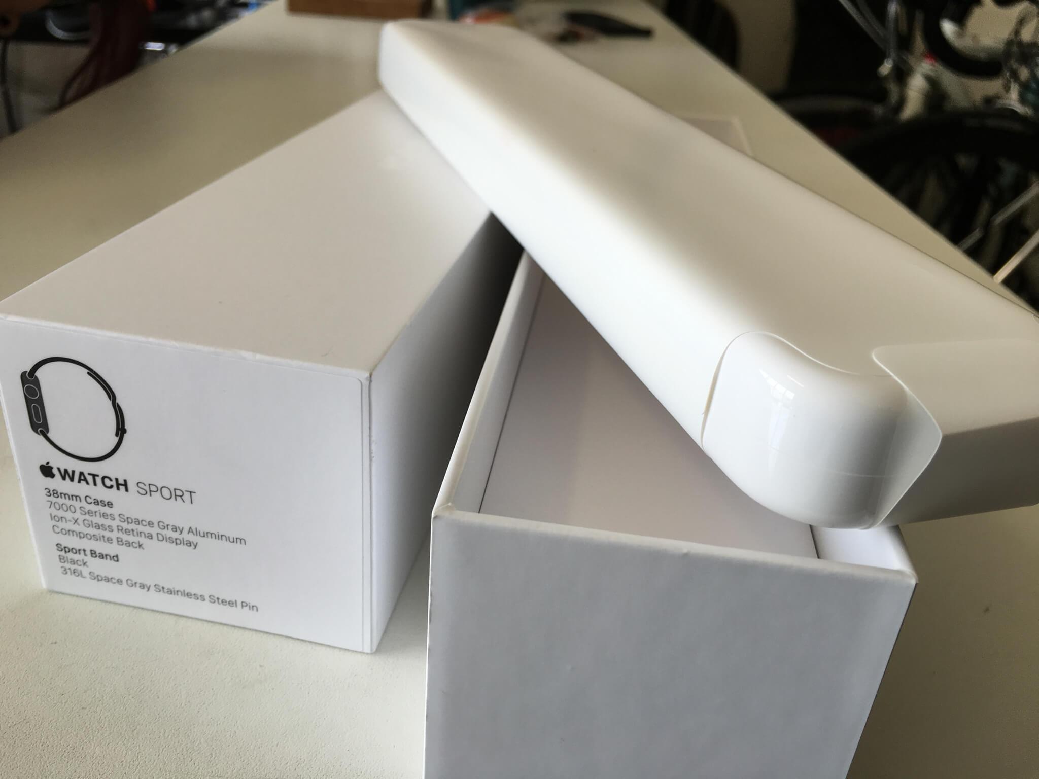 有別以往的 Apple Device,Sport Watch 倒是使用全白的包裝紙包著