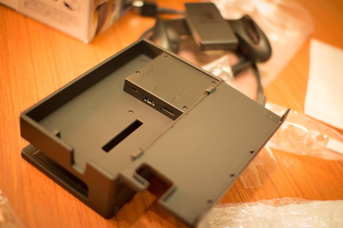 盒上分別有 USB-C 的電源線孔、接螢幕的 HDML 孔、USB 孔